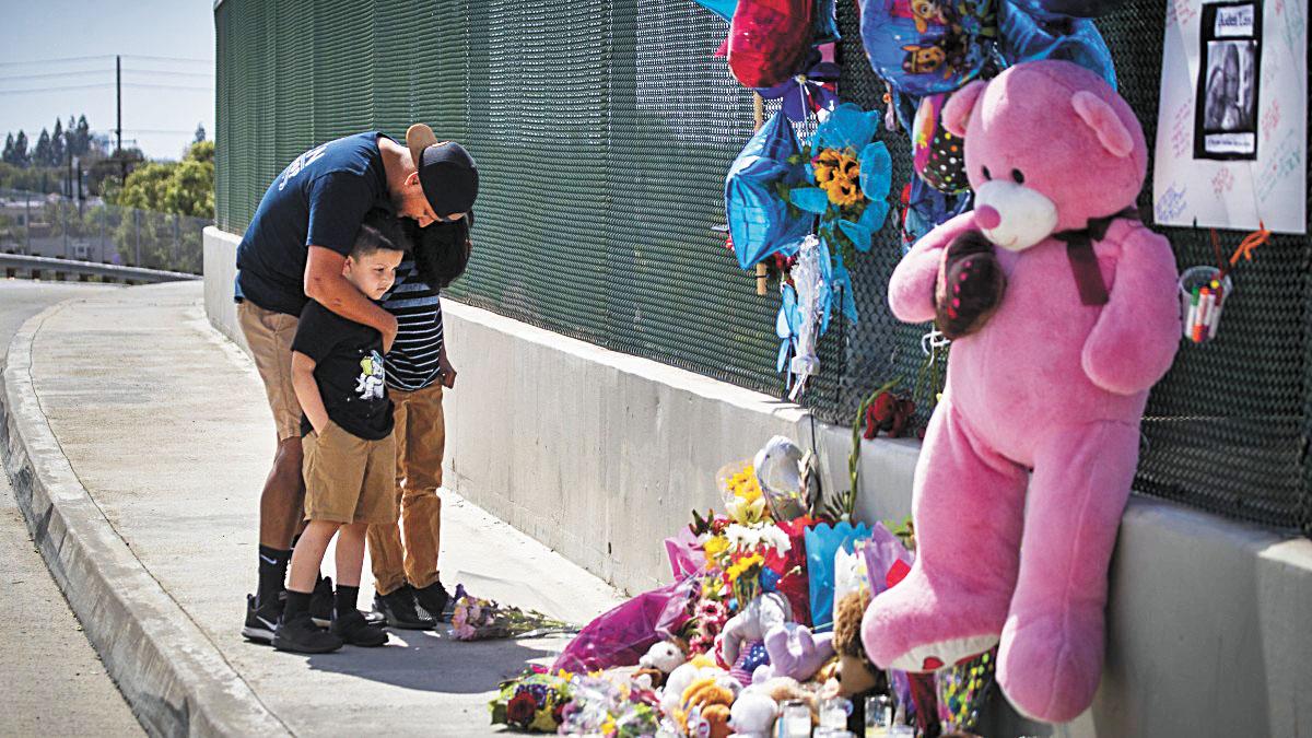 洛杉磯大批民眾不捨喪命男童,至今仍有人到事發現場獻花悼念。洛杉磯時報