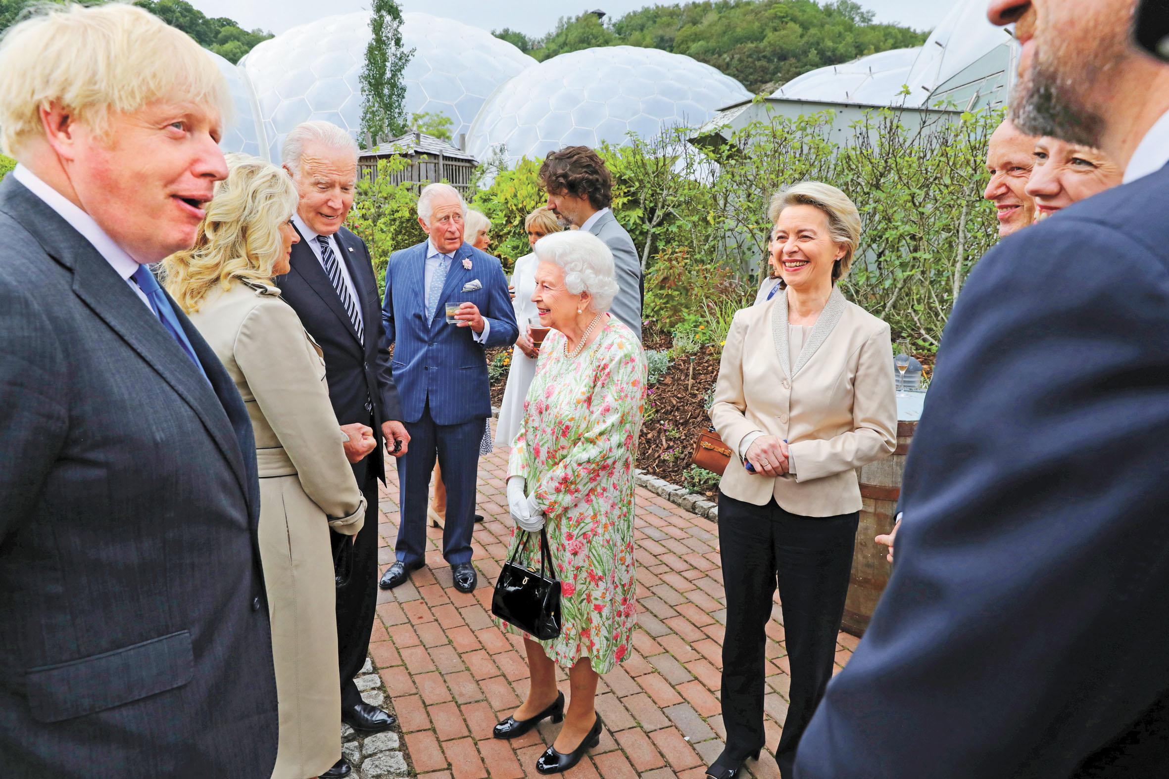 英國首相約翰遜、美國總拜登及妻子吉爾、歐盟委員會主席馮德萊恩和加拿大總理特魯多及英女王和英王儲查理斯出席了峰會期間的酒會。路透社