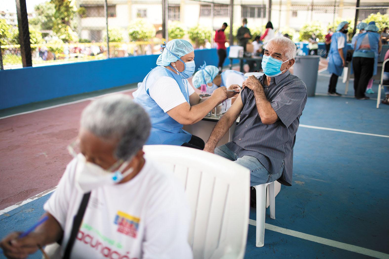 世衛估計,全球抗疫需要施打110億劑疫苗。圖為委內瑞拉護士為民眾接種新冠疫苗。美聯社