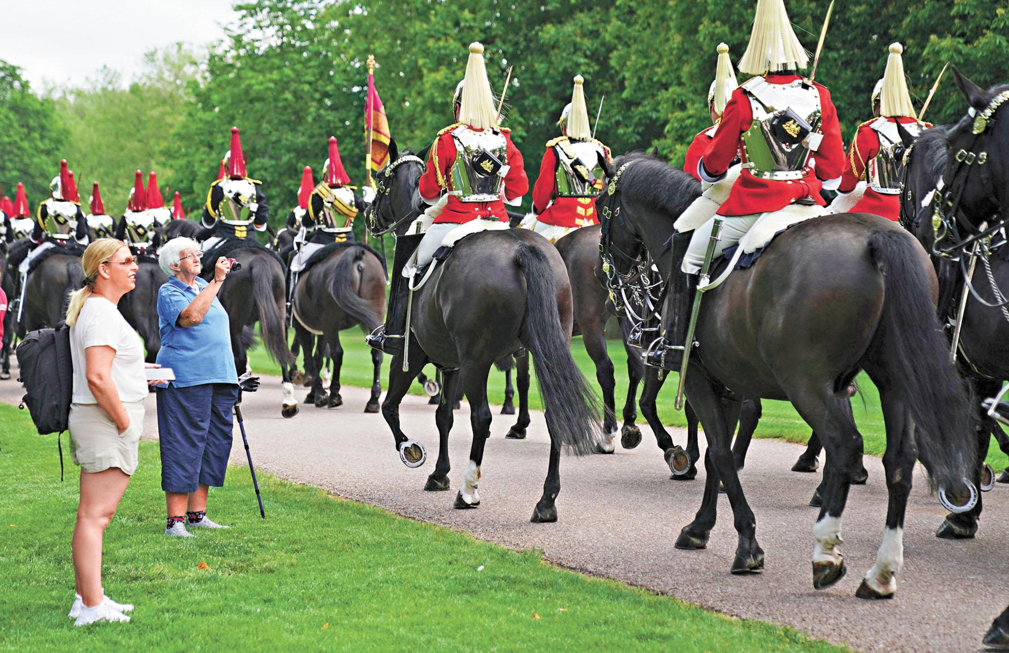 在慶祝儀式之前,騎兵隊列隊前往溫莎堡。美聯社