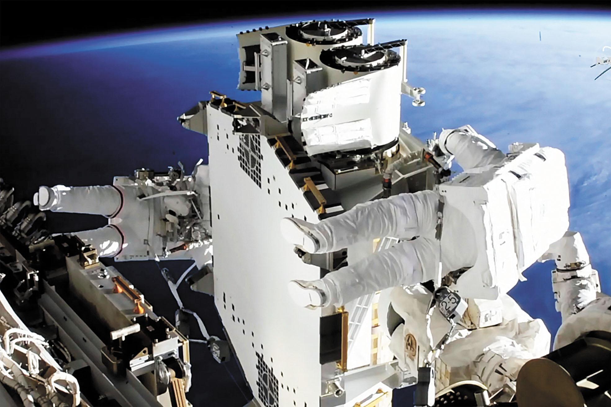 法國太空人佩斯凱(左)與美國太空人金布羅20日在太空站外工作。美聯社