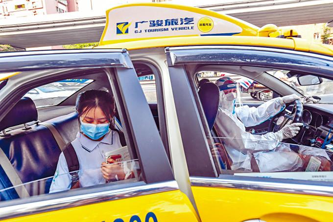 廣州昨天安排的士送疫區學生赴考。