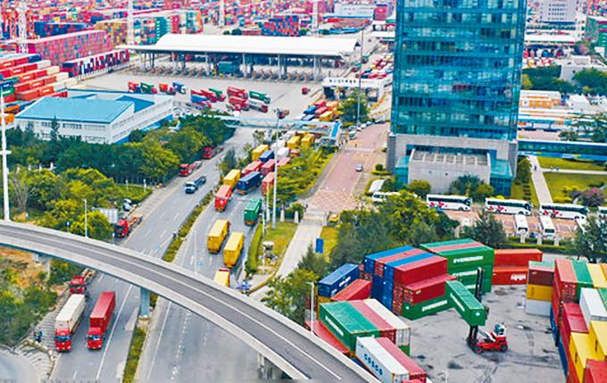 貨櫃車排隊進入港口。