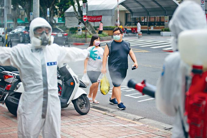 台軍化學兵在捷運站消毒後,現場全身消毒。