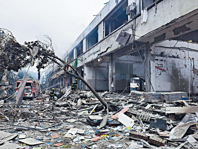 湖北十堰菜市場燃氣爆炸,成為廢墟。