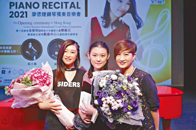 唐韋琪(右)陪同愛徒張若希(左),出席張的鋼琴家好友廖偲婕之演奏會。