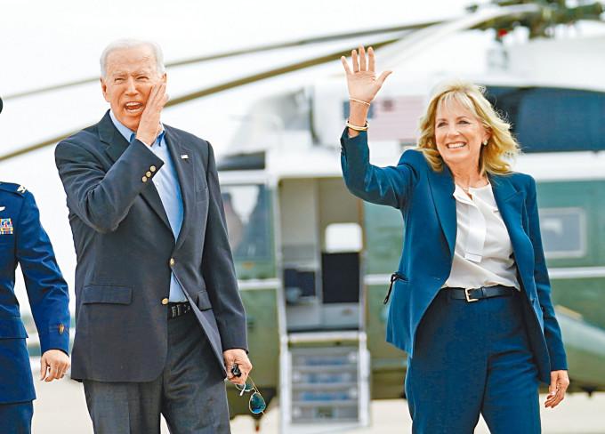 拜登和夫人吉爾周三啟程前往英國出席G7峰會,登機前向傳媒打招呼。