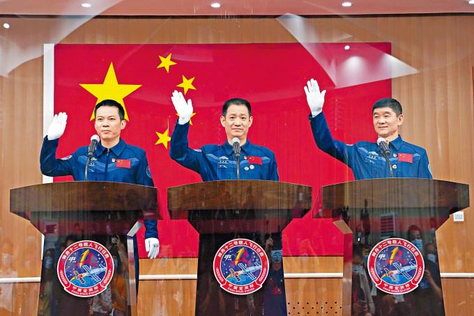 神舟十二號三名太空人聶海勝(中)、劉伯明(右)和湯洪波(左)將於今晨升空。