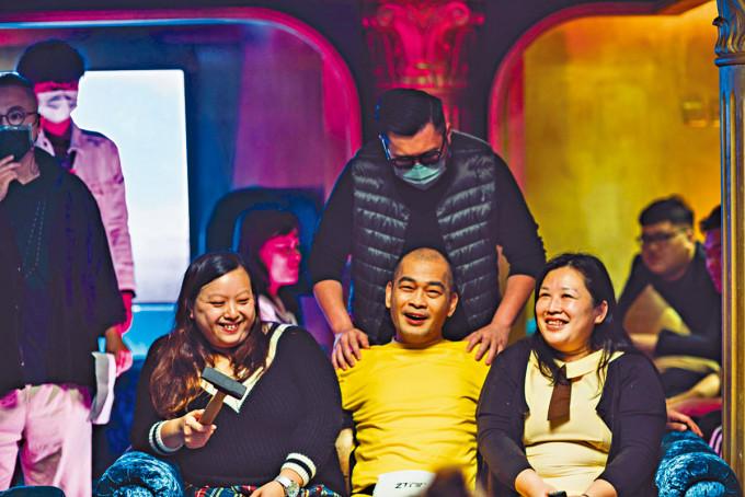 導演劉翁(後排中)希望讓外地觀眾感受香港恐怖片的獨有玩法。