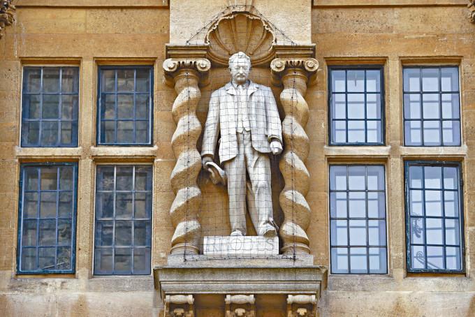 引發爭議的羅德雕像,位於奧里爾學院大樓外牆上。