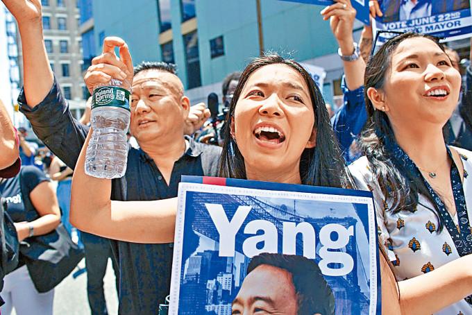 持者周日在紐約唐人街聽楊安澤演說。