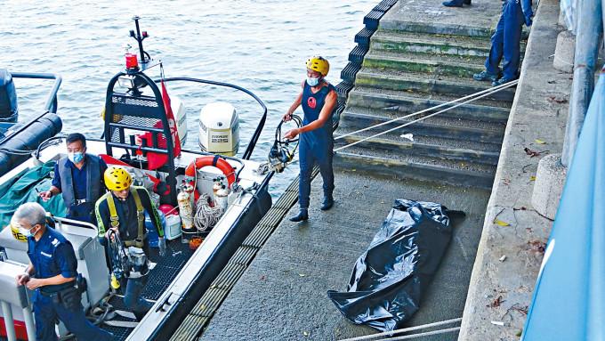 死者尹光輝的遺體,由水警撈到岸上。