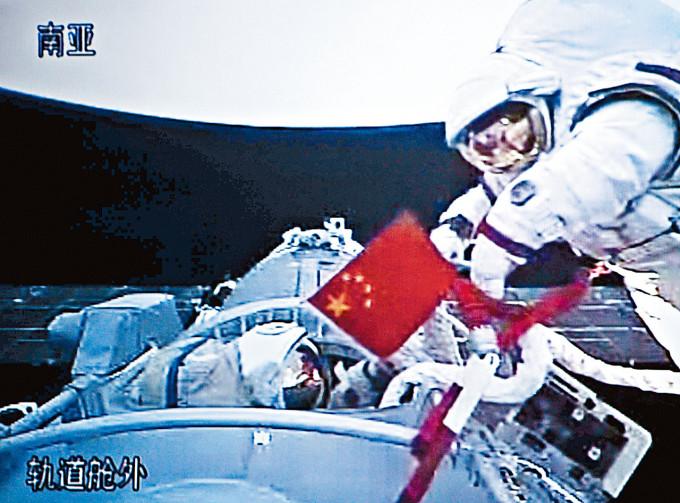 翟志剛成為中國首名「太空行走」太空人。