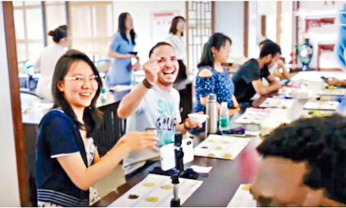 成都電子科技大學為外國留學生舉辦端午活動。
