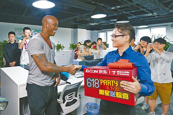 京東以籃球明星來宣傳其購物節活動。