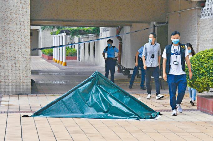 男死者墮樓身亡,警方以帳篷遮蓋遺體調查。