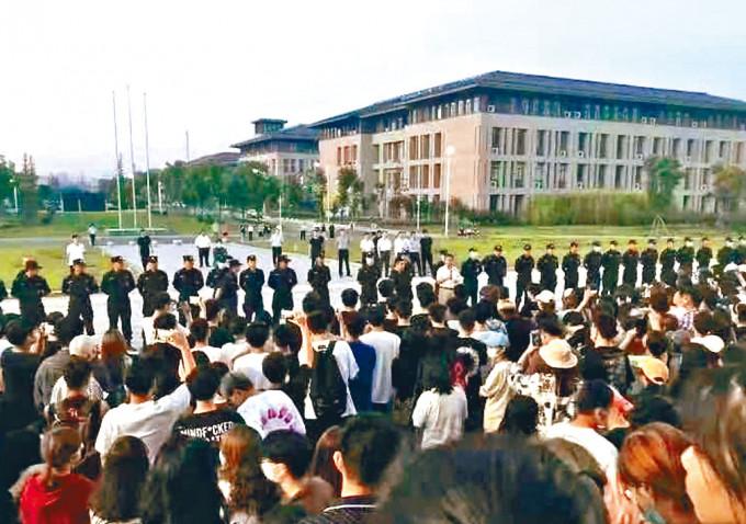 南京師大學生和警方在校園對峙。