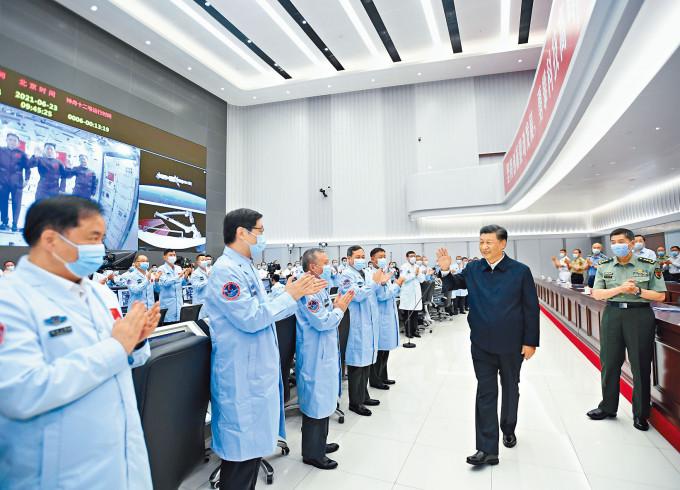 習近平向北京航天飛行控制中心的工作人員揮手。