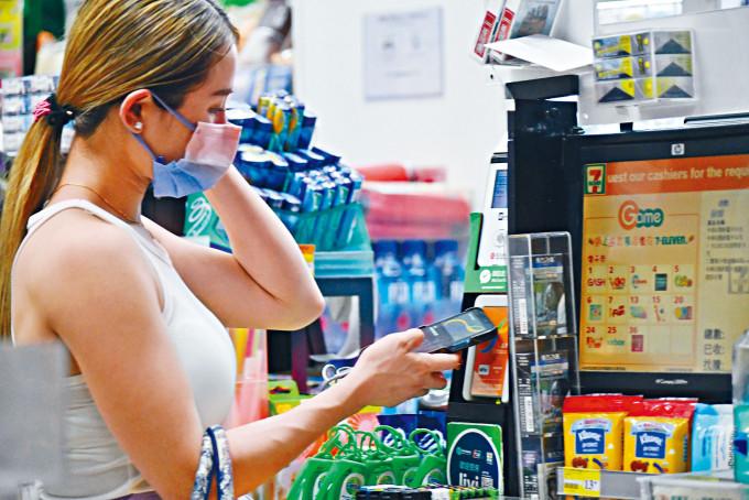 首批透過八達通登記領取電子消費券的市民,可獲最多一百一十八元額外增值額。
