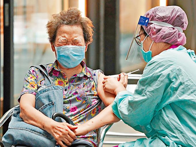 台灣民眾接種阿斯利康疫苗。