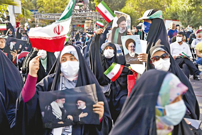 伊朗總統大熱候選人萊西的支持者,前日在首都德黑蘭參加造勢集會。