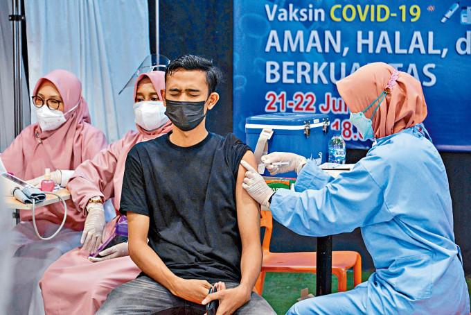 印尼民眾接種科興疫苗。