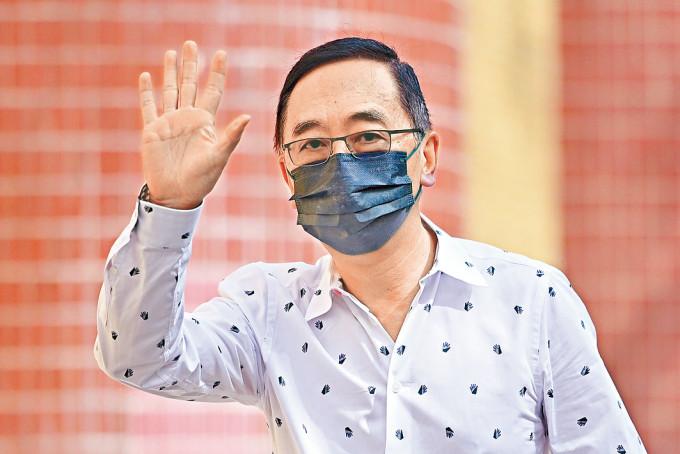香港總商會總裁梁兆基呼籲市民盡快打針。