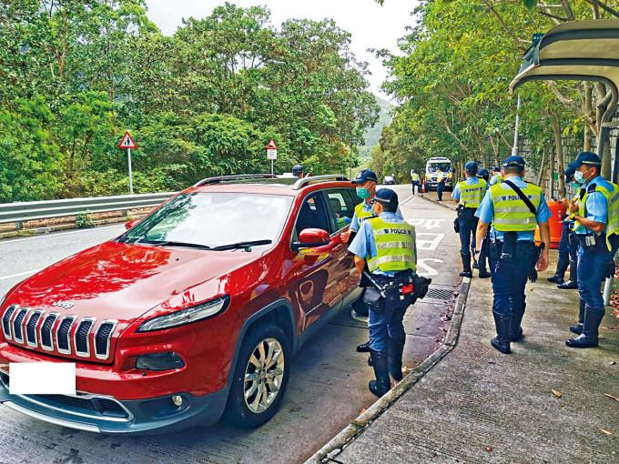 警方在大嶼山截查汽車偽造許可證。
