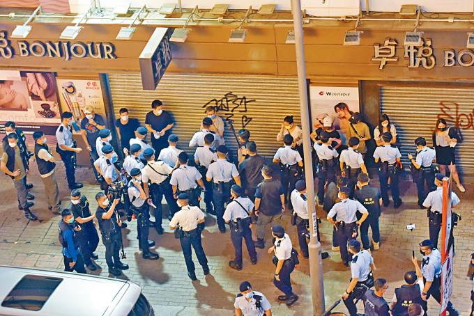 警方在旺角街頭截查大批途人。