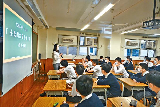 教師掀起離職潮,有人選擇解約,提取公積金移民;有校長認為情況為留港教師提供升遷機會。