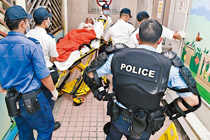 「鐵甲威龍」警員押送涉嫌縱火及自殘受傷被捕男子送院。