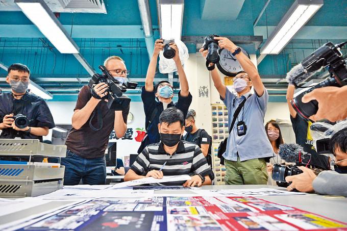 《蘋果日報》多名高層被捕後停刊,執行總編輯林文宗審核今日出版的報章。