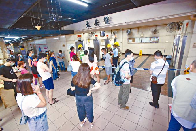 太安樓住客疏散至大廈地下暫避。