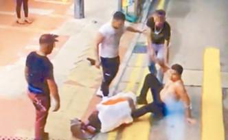 其中一兇徒跌倒地上。