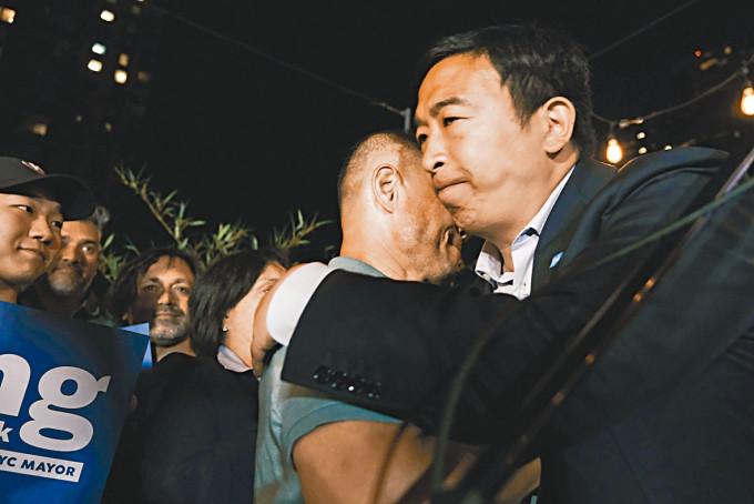 楊安澤在曼克頓一家酒店向支持者致意。