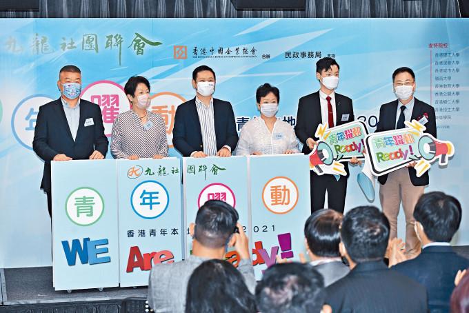 徐英偉(左三)鼓勵年輕人待疫情平穩後,親往內地感受發展空間。