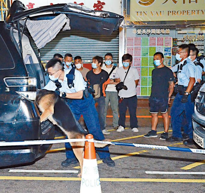 警方押同三名被捕越漢搜查「影子車」。
