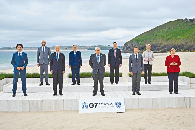 G7和歐盟領袖包括拜登、約翰遜、馬克龍(法國)、默克爾(德國)、杜魯多(加拿大)、菅義偉(日本)等,周五峰會前在英國卡比斯灣拍攝大合照。