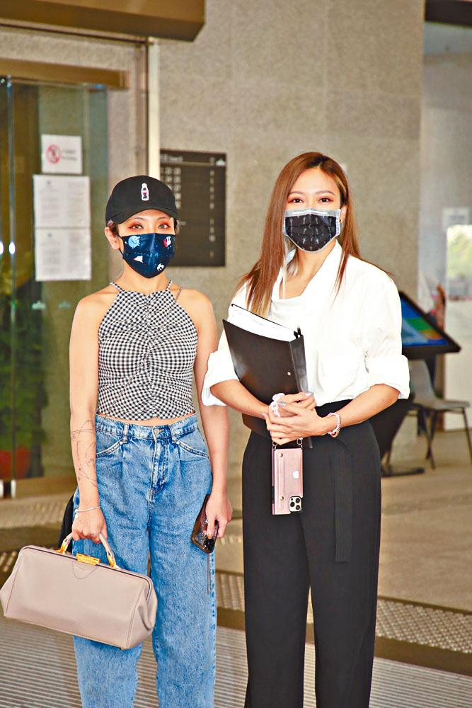 鍾舒漫由妹妹鍾舒祺陪同出庭。