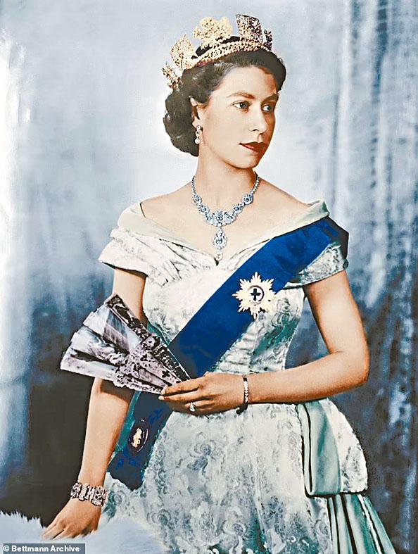 據報牛津莫德林學院被移走的英女皇肖像,為一九五二年黑白照着色版本。