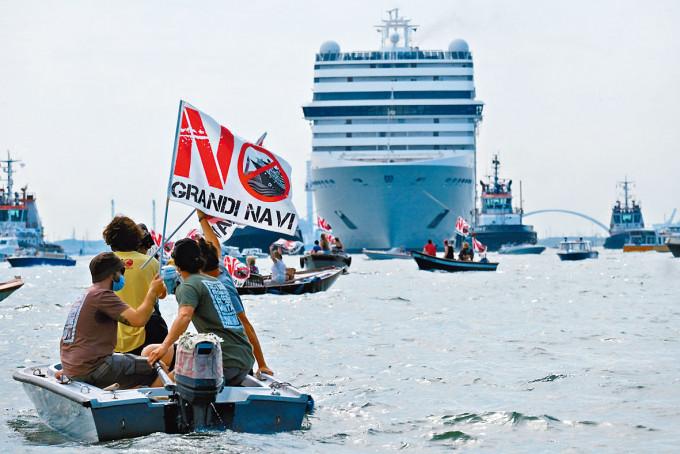 威尼斯居民上月坐小艇抗議大郵輪駛近市中心。