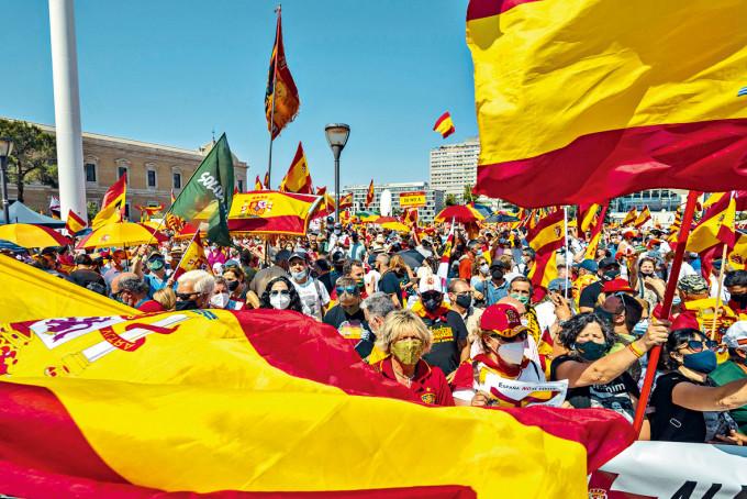 民眾周日在馬德里集會,抗議政府計畫特赦十二名在囚加泰分離分子。