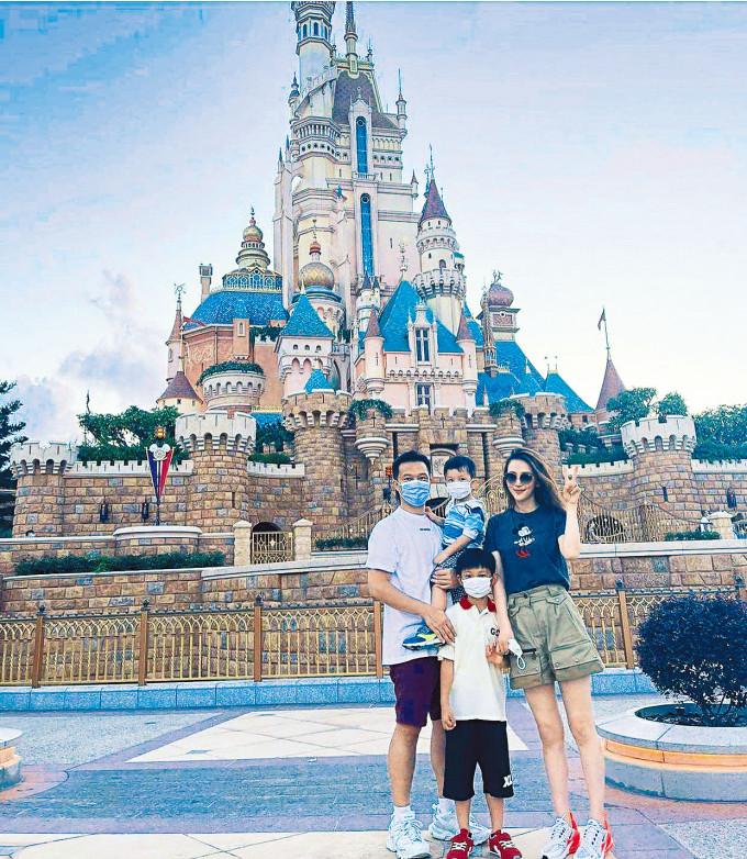 Marie兩公婆帶仔仔入主題樂園過節,享受天倫。