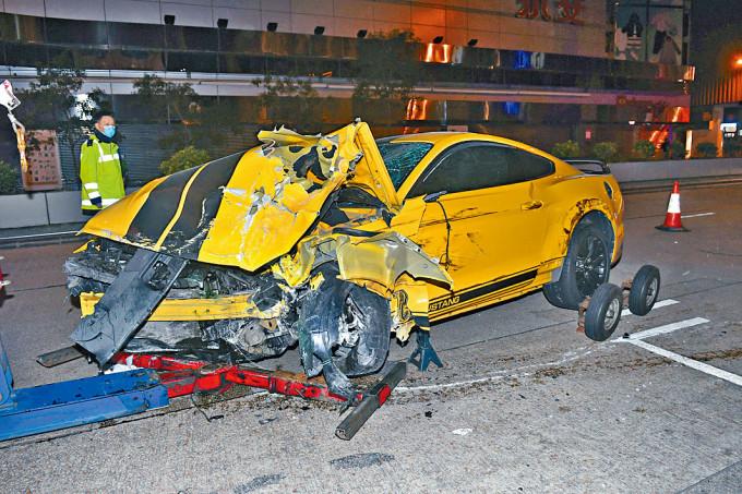 肇事「野馬」跑車損毀嚴重。