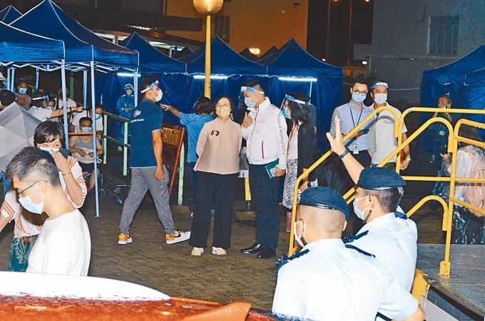 食衞局局長陳肇始昨夜臨大埔運頭塘邨運亨樓,了解居民檢測情況。