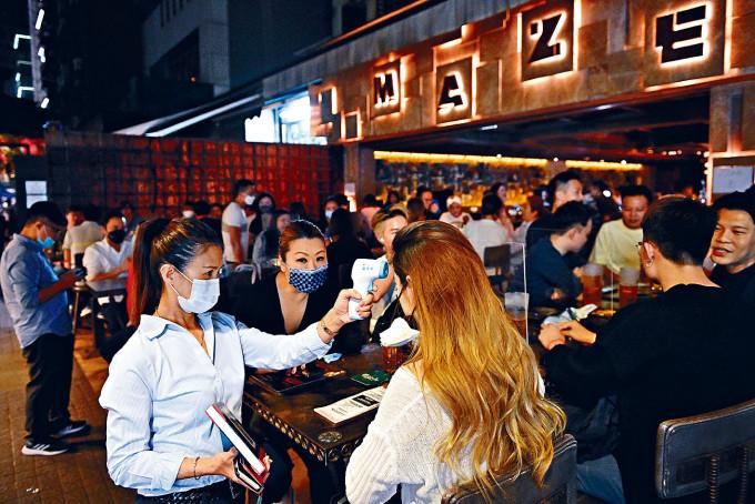 由於疫情影響,本港酒吧生意大不如前。