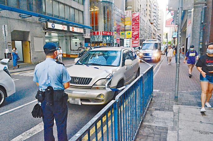 三匪棄車挾款逃去,警方在賊車旁調查。