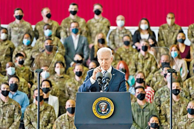 拜登周三在英國米爾登霍爾皇家空軍基地,向駐當地美軍講話。