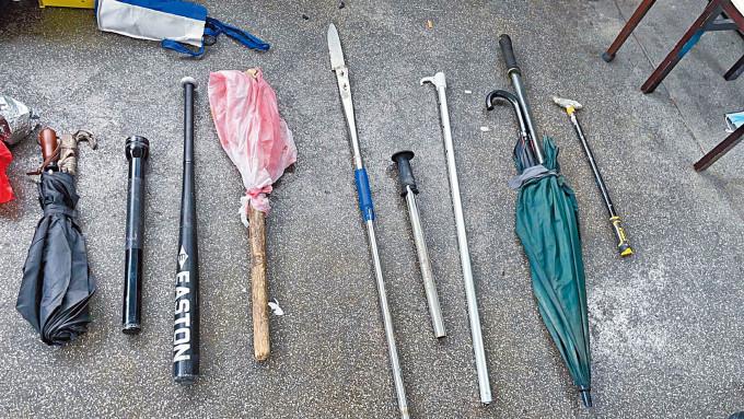 警方在越南幫「武器庫」搜出大批攻擊性武器。