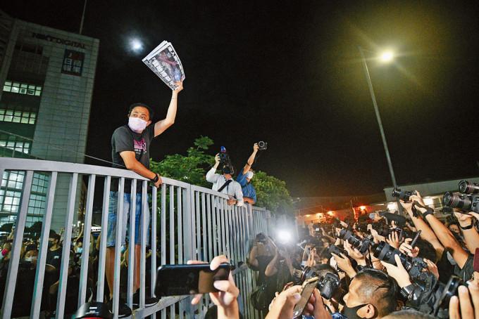 《蘋果》員工向支持者展示剛印好出街的告別版《蘋果日報》。